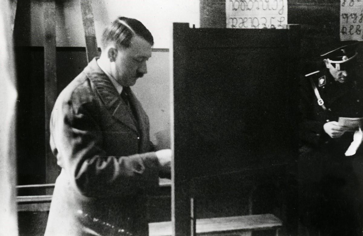 In het stemhokje, enkele weken na de geheime vergadering van Hitler met Duitse bedrijven