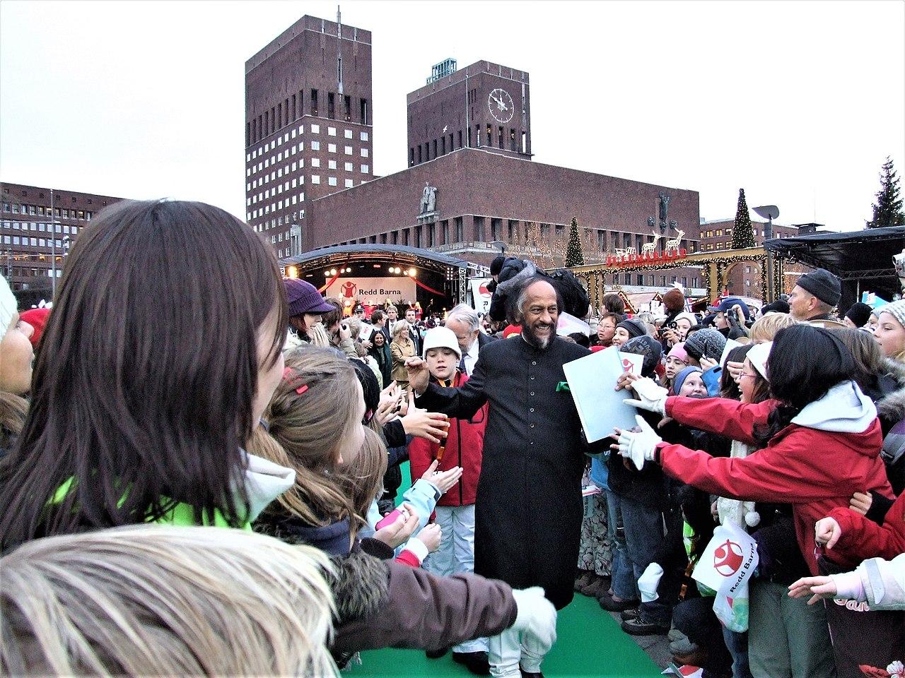 Rajendra K. Pachauri voor het stadhuis in Oslo op de dag dat hij de Nobelprijs voor de Vrede ontvangt namens IPCC in 2007