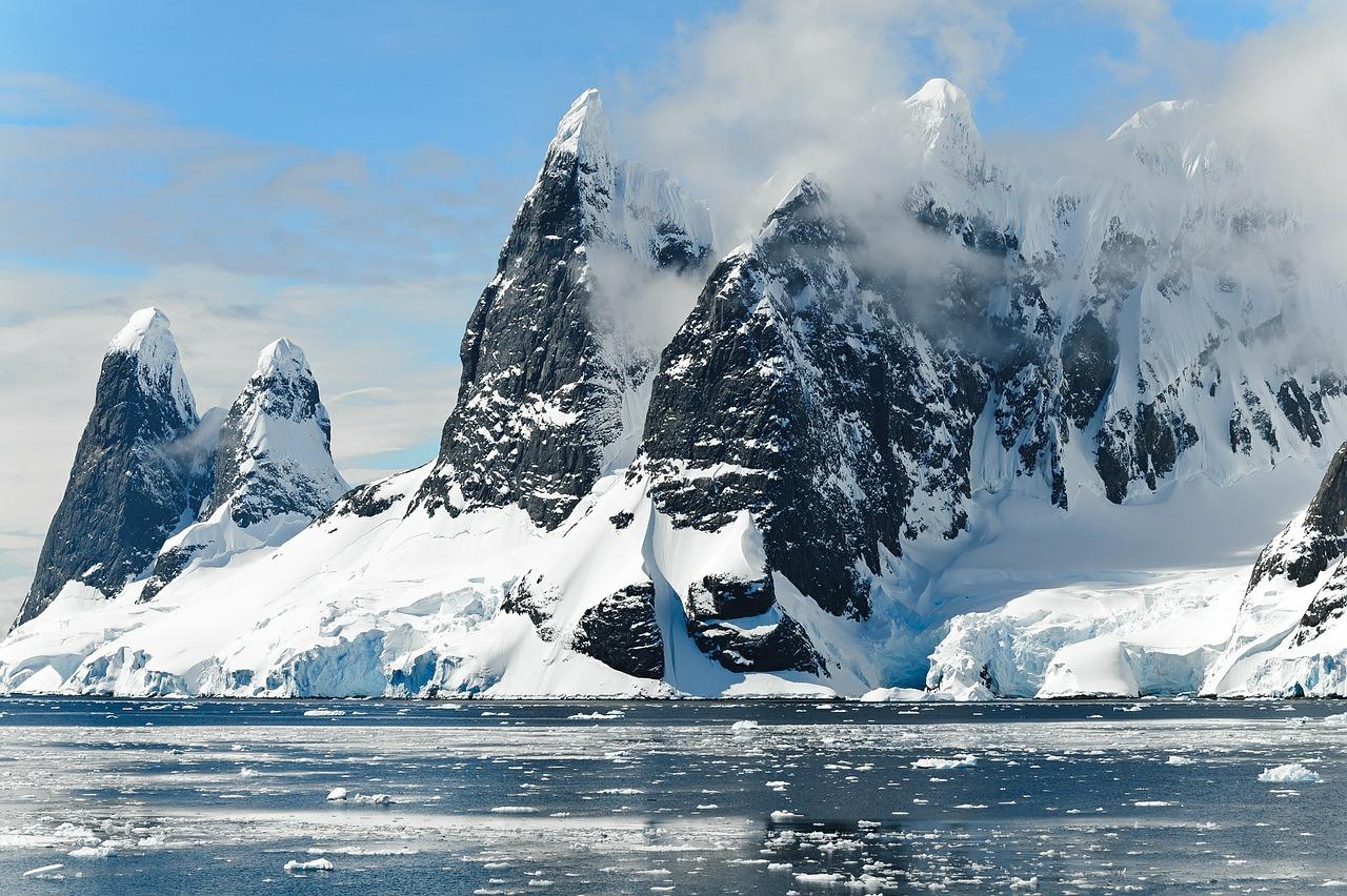 Smeltende ijsbergen door opwarming van de aarde