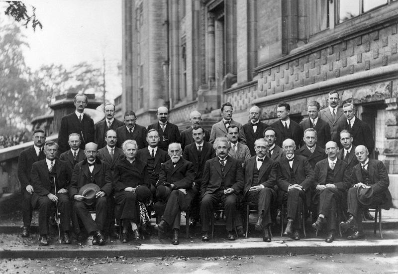 Vijfde Solvay conferentie natuurkundigen waaronder Albert Einstein Marie Curie en Niels Bohr